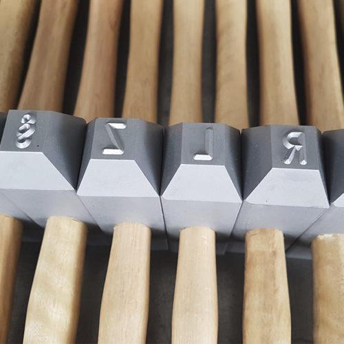 Hammerstempel mit Holzstiel